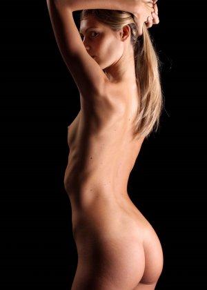 С красивой и гладкой пиздой милашка показывает свои достоинства - фото 10- фото 10- фото 10