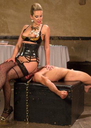 Роковая дамочка любит доминировать и выбирает партнера для исполнения всех своих желаний - фото 19