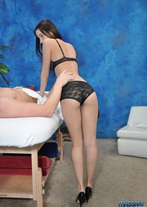Брюнетка раздвигает свои ноги и делает незабываемый эротический массаж вагиной - фото 7