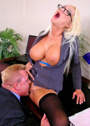 Грудастая психоаналитик Донна Долл отсасывает у своего клиента, а потом трахается с ним на кресле - фото 9