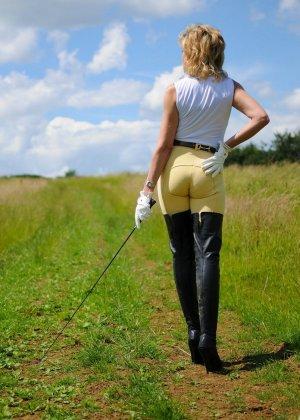Леди Соня показывает свою задницу в облегающих брюках и поражает объемом груди - фото 7