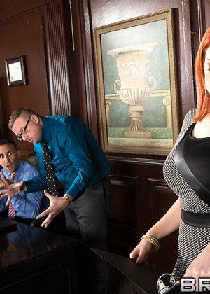 Рыжая Сири с большой грудью трахается с боссом на глазах у его партнеров по бизнесу и коллег - фото 4