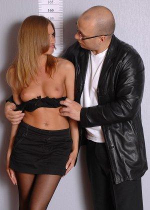 Девушка приходит в офис, а там развратный мужчина разрешает себя осмотреть со всех сторон - фото 6