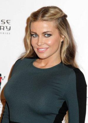 Очень красивая актриса с большой грудью позирует перед камерой - фото 2