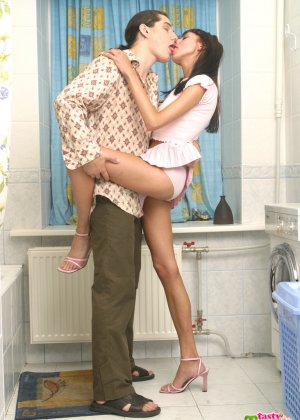Парниша соблазняет девушку на секс и она дает ему обкончать все свое нежное личико - фото 4