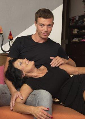 Молодой красавчик доставляет удовольствие зрелой женщине, даря ласке ее немолодой груди - фото 1