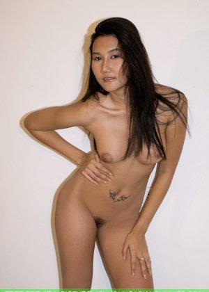 Азиатская девушка медленно снимает с себя все нижнее белье - фото 8