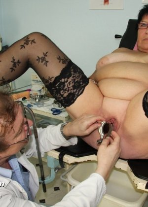 Зрелая женщина в теле показывает себя со всех сторон, доверив свое тело опытному специалисту - фото 12