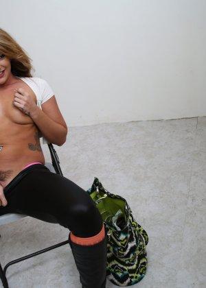 Шикарная красотка Савана Фокс в розовых бикини занимается мастурбацией - фото 6