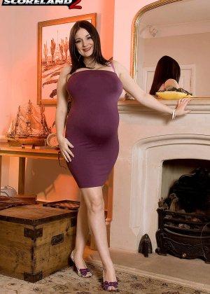 Лорна Морган – пышная дамочка в беременном положении показывает себя без одежды, демонстрируя большую грудь - фото 1