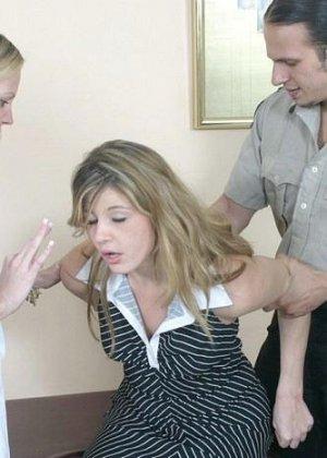 Полицейскому срочно потребовался мазок из пизды подозреваемой, а симпатичная медсестра помогла ему в этом - фото 2
