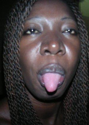 Негритоска с косичками любит сосать хуй и не брать за это денег - фото 3