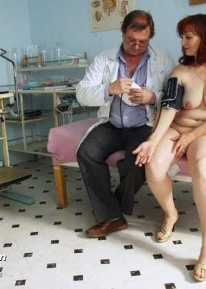 Зрелая женщина приходит на осмотр к гинекологу, а там оказывается мужчина, который вставляет расширитель - фото 3