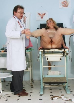 Женщина с волосатой пиздой приходит на прием к развратному гинекологу и раздвигает перед ним ноги - фото 7