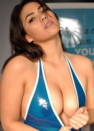 Брюнетка в эротическом синем костюме мечтает о жестоком пореве, пока желающих отодрать ее нет - фото 11