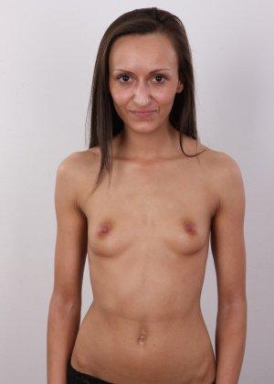Брюнетка снимает с себя всю ненужную одежду и показывает свое стройное тело без всякого стеснения - фото 10