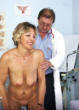 Зрелая Ванда приходит к врачу, он помогает ей раздеться и поудобнее устроиться для тщательного осмотра - фото 4