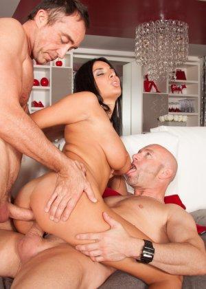 Мужик со своим другом жарят елитную проститутку в два ствола - фото 15