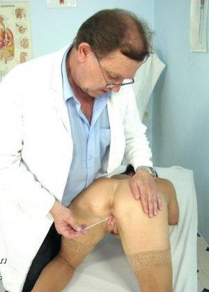 Гинеколог очень любит рассматривать женские влагалища, поэтому делает это с особым удовольствием - фото 7