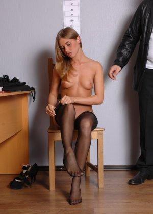 Девушка приходит в офис, а там развратный мужчина разрешает себя осмотреть со всех сторон - фото 12