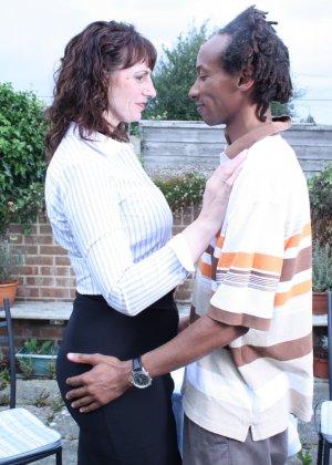 Зрелая темпераментная женщина соблазняет темнокожего мужчину и позволяет себя трогать - фото 9