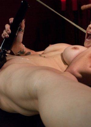 Сексуальная брюнетка с большими сиськами тащится от секс машины - фото 13