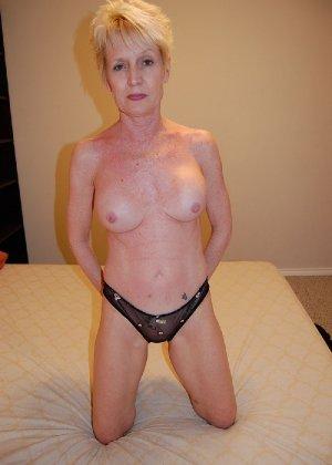Опытная блондинка в голом виде показывает свои принадлежности - фото 24
