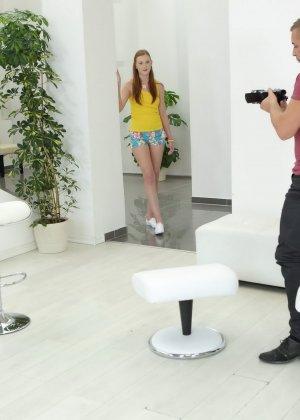 Девушка облизывает мужской член и разрешает снимать себя во время этого процесса, а затем и трахается - фото 1