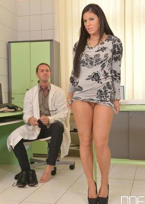 Стройная молодая красотка ебется с пареньком который извергает сперму ей на пизду - фото 15