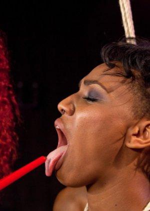 Две темнокожие девушки занимаются БДСМ лесбийским сексом - фото 8
