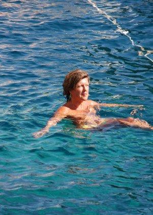 Отдых на море в эротических фото зрелой дамы на крутой фотик - фото 39