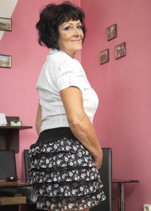 Женщина в возрасте очень хочет секса, поэтому с удовольствием позирует перед камерой с вибратором - фото 8