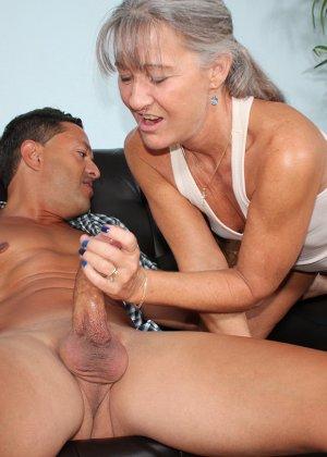 Зрелая женщина не стесняется своего тела и показывает себя мужчине, а затем ласкает его член руками - фото 7