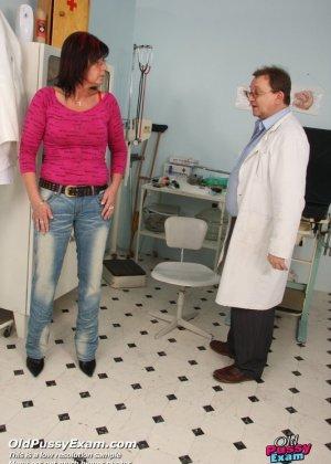 Зрелая получает удовольствие от тщательного осмотра у врача, тем более, что он лапает ее пизду - фото 1