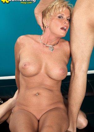Зрелая белокурая проститутка занимается еблей в два ствола сразу - фото 15