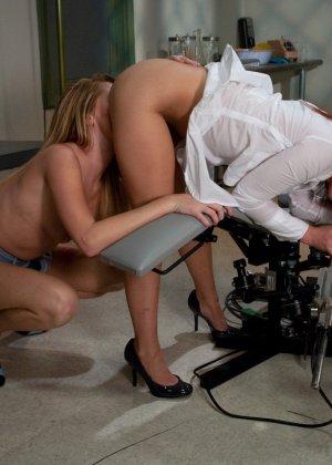 Лесбиянки балуются с новенькой секс машиной и получают оргазм - фото 8