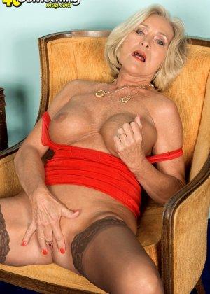 Женщина в преклонном возрасте показывает свое хорошее тело - фото 8- фото 8- фото 8