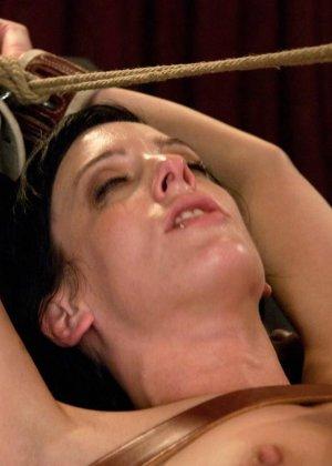 Рисковая дамочка разрешает испытывать свое тело на прочность с помощью некоторых предметов - фото 23