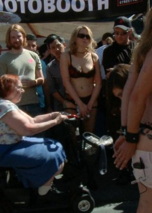 На публике грубо трахают татуированную блондинку с маленькими сиськами - фото 1