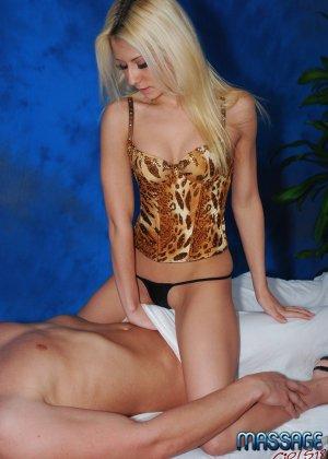 Крашеная блондинка работает в салоне эротического массажа, она пользуется особым спросом - фото 7