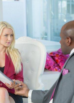 Бизнес-леди оказывается развратной сучкой, которая готова принять негритянский член в себя - фото 4
