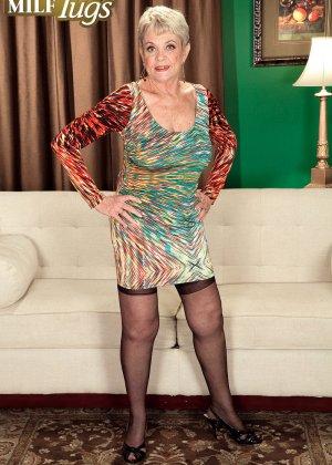 Зрелая проститутка вспоминает свою молодость и скачет на упругом члене брутального парня - фото 1
