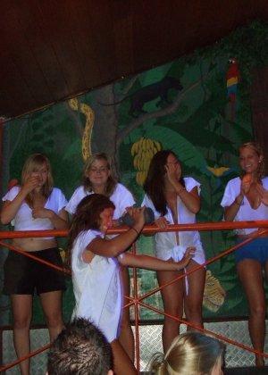 Обнаженные девушки в клубах и на тусовках в пьяном состоянии показывают сиськи - фото 11