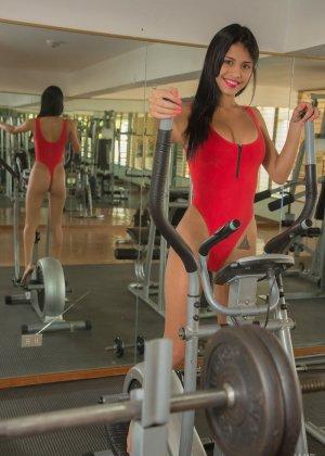 Денис Гомез занимается в спорт-зале и показывает свое идеальное тело с загорелой кожей – она очень сексуальна - фото 5