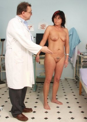 Врач-гинеколог устраивает полный осмотр зрелой женщине – похоже, что она получает от этого удовольствие - фото 4