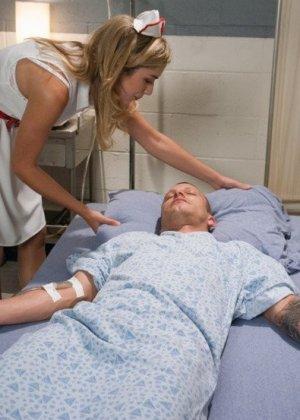 Медсестра Лия Лор готовила пациента к срочной операции, но ему внезапно стало лучше и он ее трахнул на кушетке - фото 1