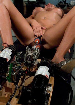 Рисковая блондинка пробует себя на мощной машине, которая доставляет массу удовольствия - фото 12
