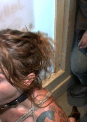 На публике грубо трахают татуированную блондинку с маленькими сиськами - фото 6