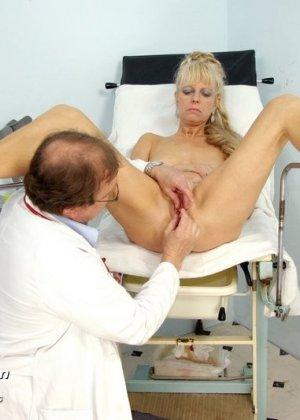 Доктор заботливо принимает свою пациентку и дает себя рассмотреть со всех сторон, не стесняясь своего тела - фото 11