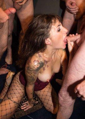 Женщина принимает в ротик несколько членов и с удовольствием оказывается в сперме - фото 6
